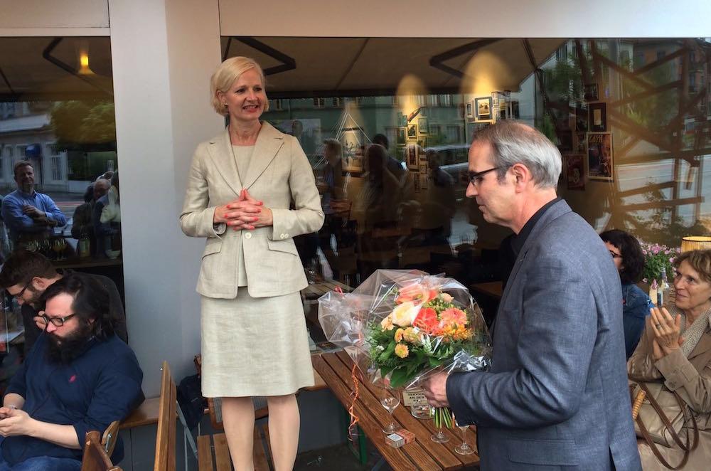 Manuela Jost hat die Wiederwahl in den Stadtrat geschafft und wird von der SP vor der Kulturbeiz «Meyer» gefeiert (Bild: Jakob Ineichen).