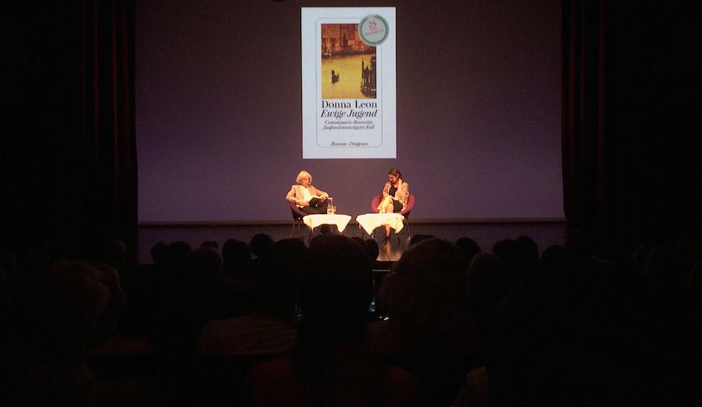 Donna Leon und Annett Renneberg im Luzerner Theater.