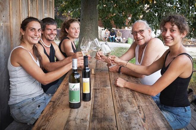 Ueli Breitschmid mit Familie auf dem Weingut Sitenrain in Meggen (Bild: zVg).