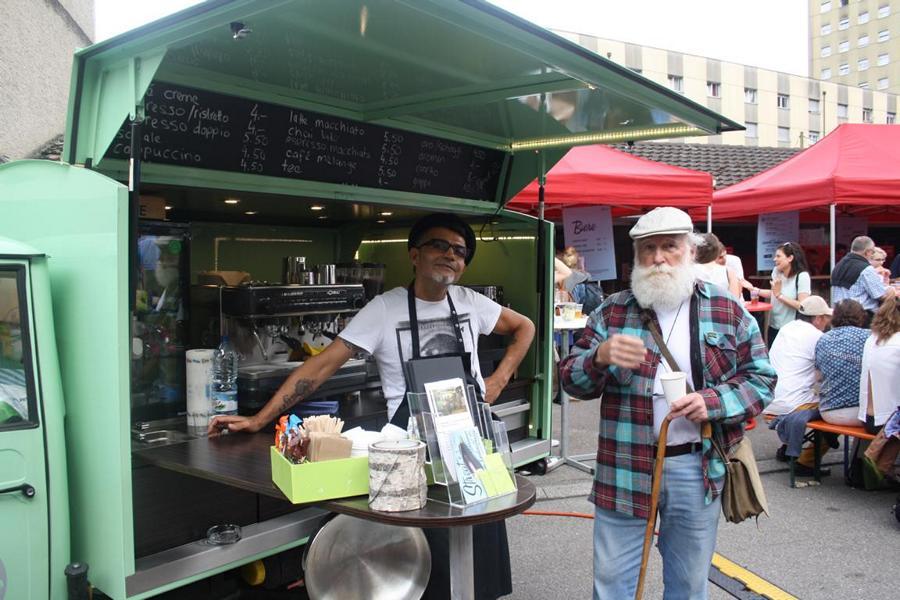 Rasim und Gast vom Coffee Mobile.