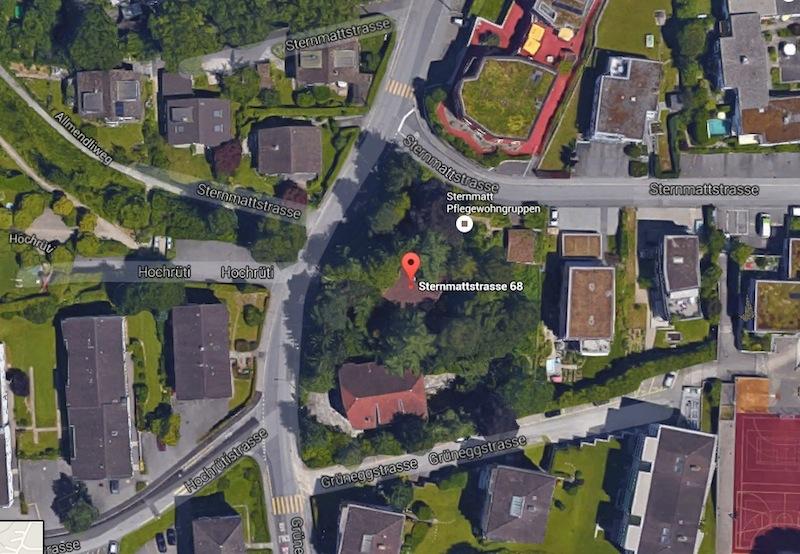 Hier ist das besetzte Haus inmitten von Grün.