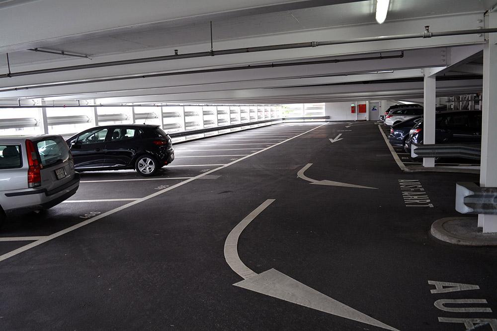 Parkhaus Altstadt: Ab dem vierten von sieben Stöcken lichten sich die Reihen deutlich (Bild: lru).