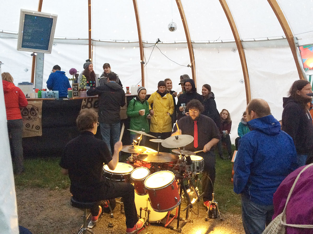 Zwei Trommler im Kafi-Zelt. (Bild: jwy)