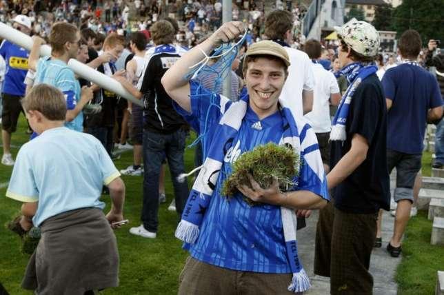 Heiteres Souvenirsammeln nach dem letzten Spiel auf der alten Allmend vom 13. Juni 2009 (Bild: zVg).