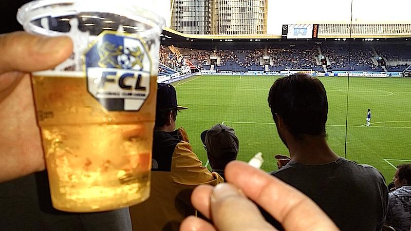 Bier ist nach wie vor erlaubt im neuen Stadion, Zigis aber nicht mehr. Nur auf den Stehplätzen darf noch gequalmt werden (Bild: zVg).