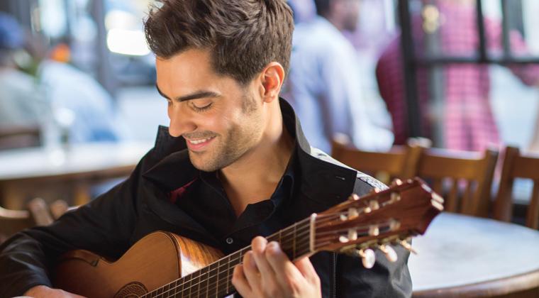 Er gilt als neuer Held der klassischen Gitarre: Milos Karadaglic. Mit der Amsterdam Sinfonietta spielt er am 18. Mai 2017 in der Kirche St. Johannes.