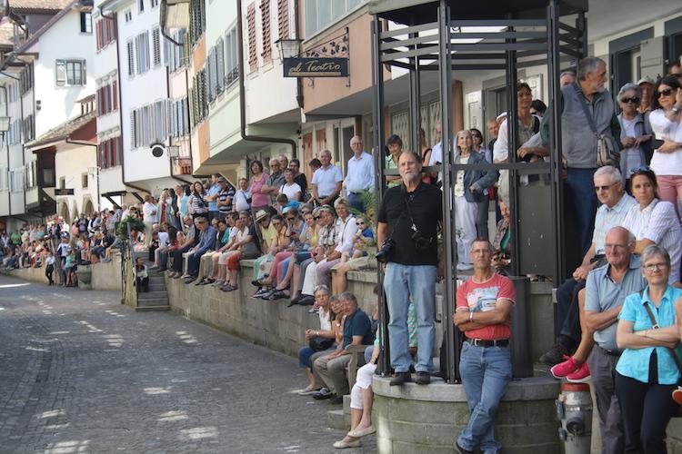 Die Zuschauer warten gespannt auf den Startschuss.
