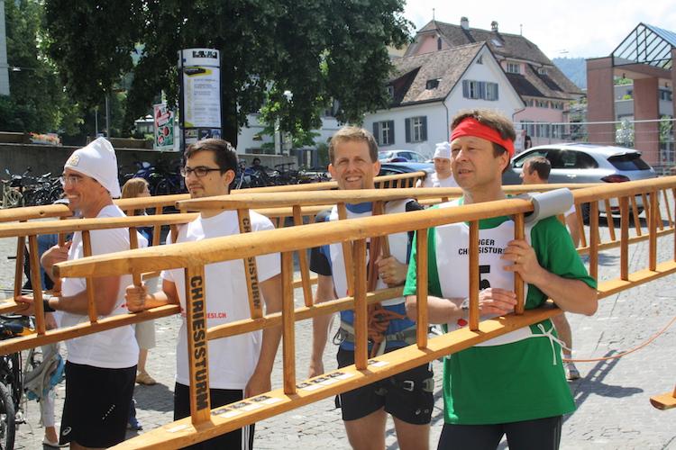 Gleich geht's los: Die Teilnehmer machen sich bereit. In Grün das Gastteam aus Walchwil.