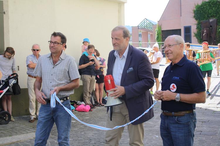 Der Zuger Stadtpräsident Dolfi Müller (Mitte) ist zuständig für das Startsignal.