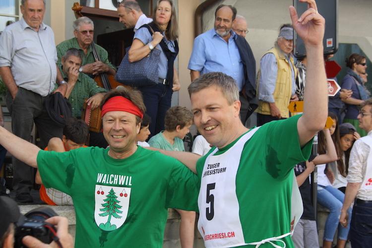 Die Gewinner des diesjährigen Chriesisturms: der Walchwiler Gemeindepräsident Tobias Hürlimann (links) und sein Rennpartner Stefan Hermann.