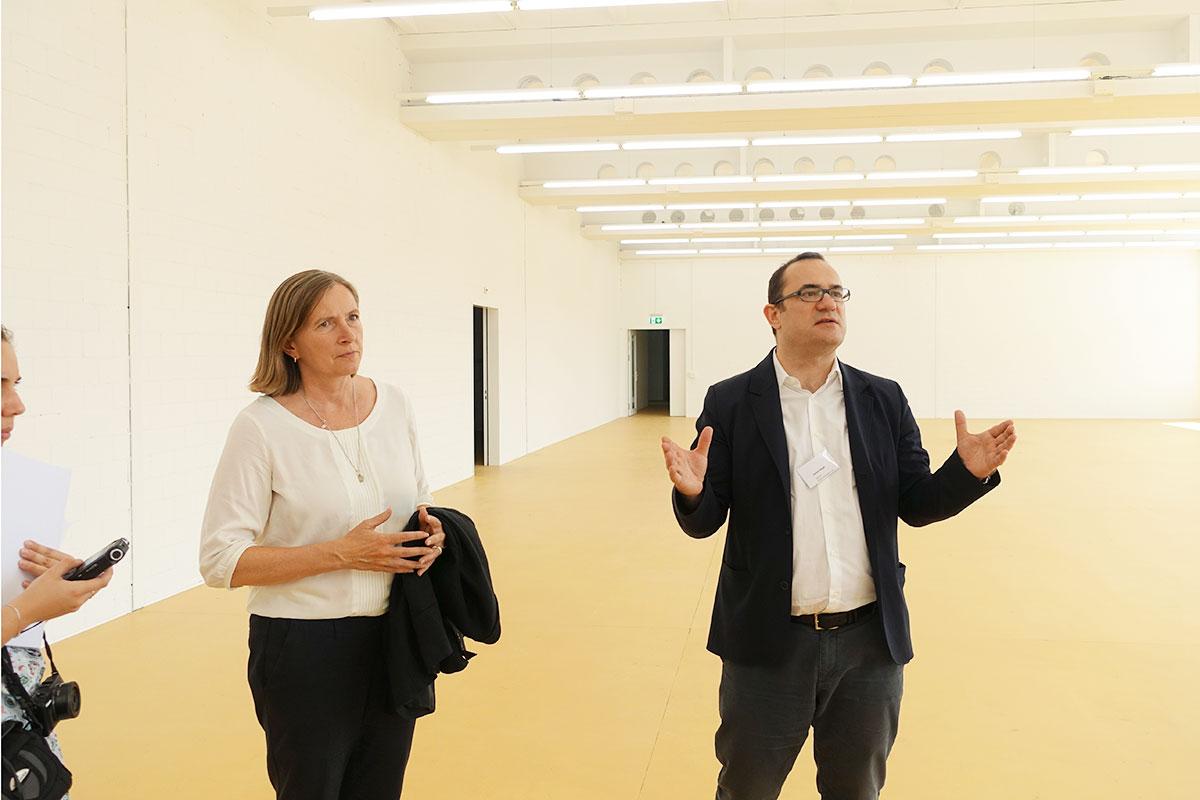 Gabriela Christen, Direktorin der «Kunsti» und Architekt Daniel Niggli beim Rundgang durch die neuen Räume. (Bild: jwy)