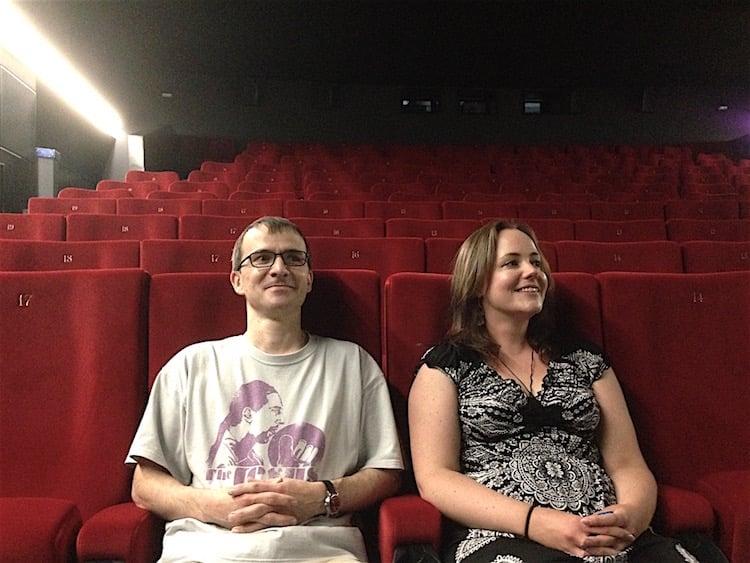 Thomas Ulrich und Isabelle Boutellier von den Zuger Kinos haben es sich im Seehof 1 bequem gemacht und prüfen die Sicht auf die Leinwand.