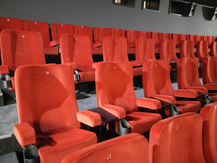 Die neue «Deluxe-Kategorie»: Breite Sitze, je eigene Armlehnen und kleine Tischchen sollen für ein komfortables Kinoerlebniss sorgen.
