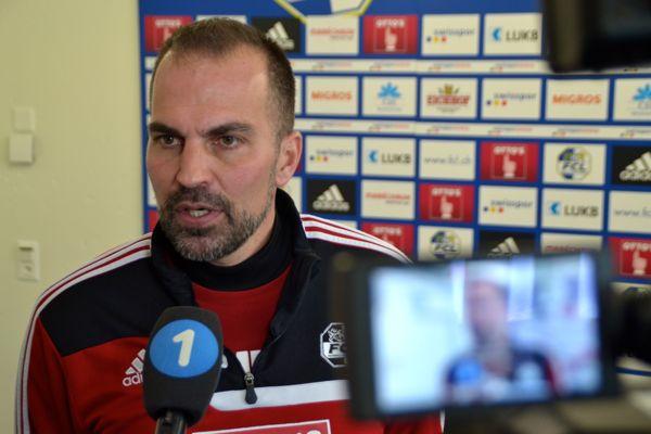 FCL-Cheftrainer Markus Babbel gibt den Journalisten Auskunft.