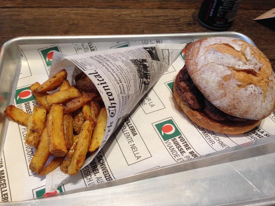 Der Butcher Burger und eine Portion Butcher Fries, serviert auf dem Silbertablett. (Bild: pbu)