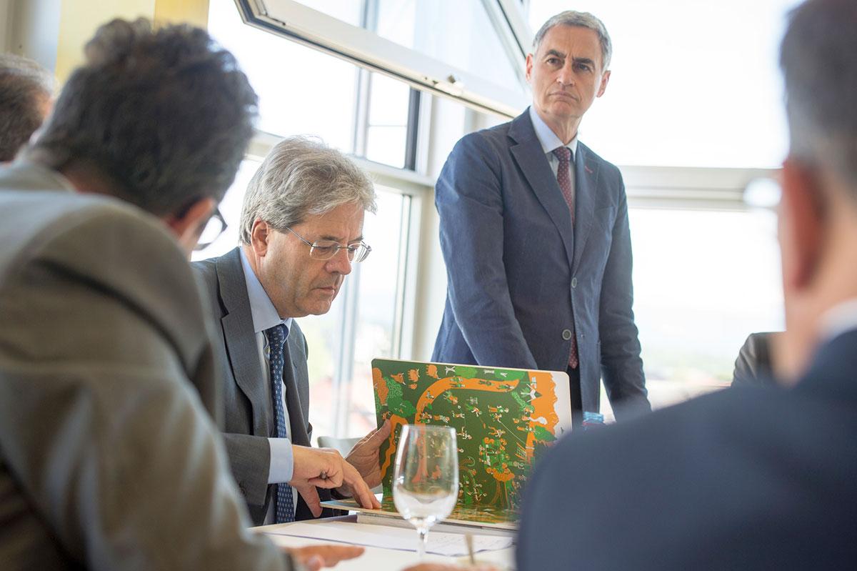 Auch der italienische Aussenminister PaoloGentiloniSilveri schaut Wimmelbücher an. (Bild: zvg)