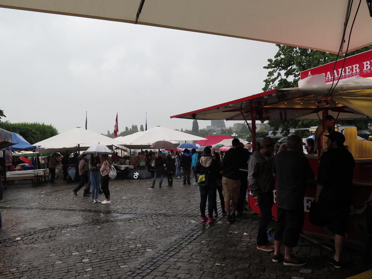 Die Menschen suchten Schutz unter den Schirmen.