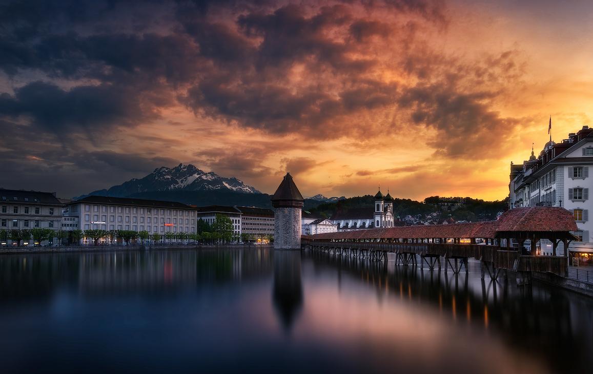 Stimmungsvolles Bild mit dem Luzerner Wasserturm und dem Pilatus im Hintergrund (Bild: Patrick Hübscher Photography)