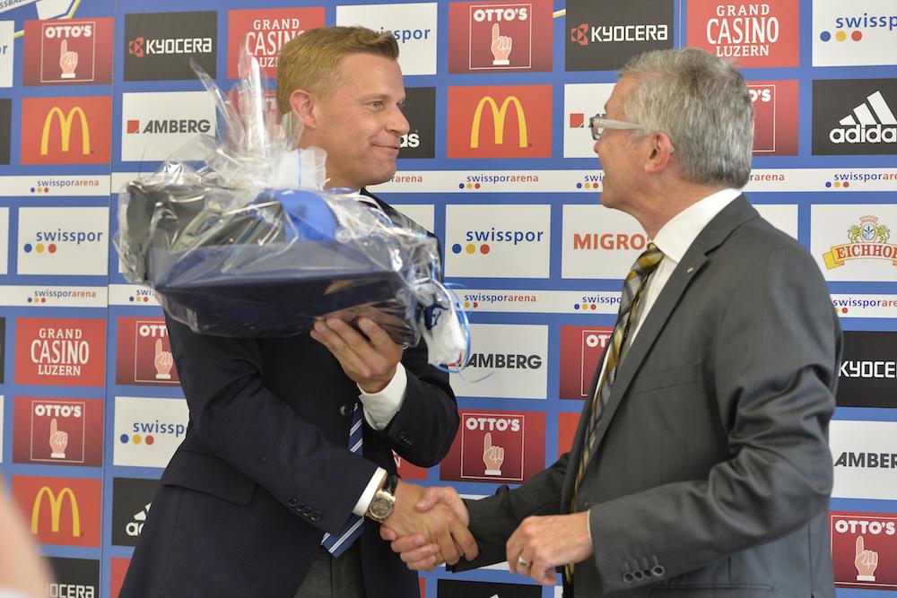 2013 übergibt Mirco Stierli Ivo Furrer, CEO Swiss Life Schweiz, als neuem Co-Sponsor ein Präsent zum Vertragsabschluss. (Martin Meienberger/meienberger-photo.ch)