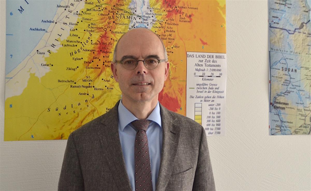 Auch zu gesellschaftlichen Themen soll das neue Zentrum einen Beitrag leisten. Prof. Mark vor einer Israel-Palästina-Karte.