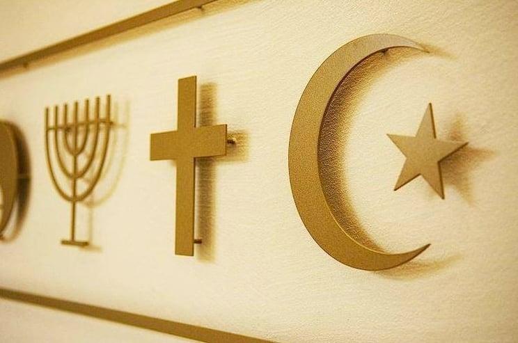 Die Symbole von Judentum, Christentum und Islam im Raum der Stille an der Universität Luzern. (PD)