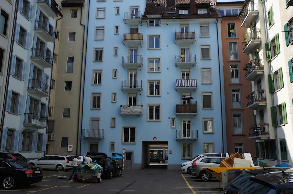 Parkplätze und Beton, so sehen die meisten Innenhöfe in der Luzerner Neustadt aus. (Bild: zvg)