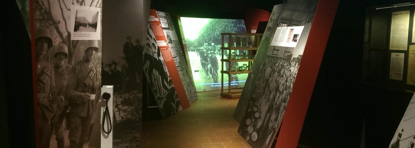 Im Innern der Ausstellung kommt durch schräge, unregelmässig angeordnete Schauwände das Chaos des Ersten Weltkrieges zum Ausdruck.