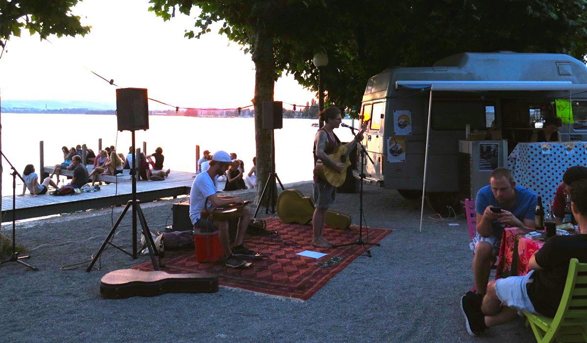 Friedliche Abendstimmung beim Auftritt der Band «R we Alone?».