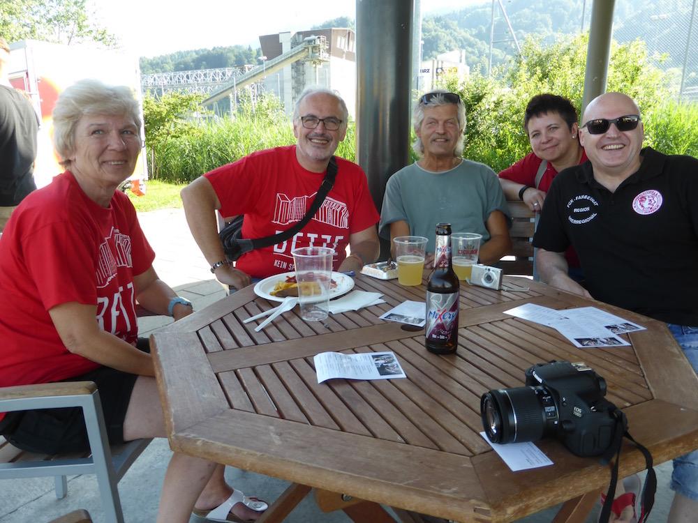 Guido Marklofsky (ganz rechts) ist mit seinen Freunden für das Testspiel seines 1. FC Kaiserslautern von Deutschland nach Horw gereist.