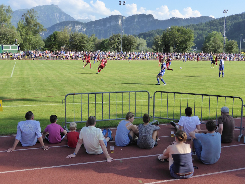 Viel näher geht's nicht: Fans verfolgen den Match direkt am Spielfeldrand.