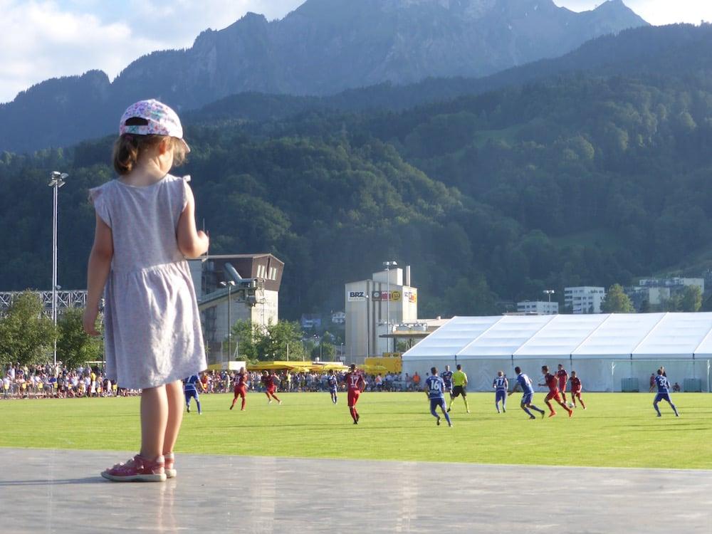 Für die Kleinen gibt's an Testspielen immer irgendwas, wo sie raufklettern und das Spiel besser sehen können.