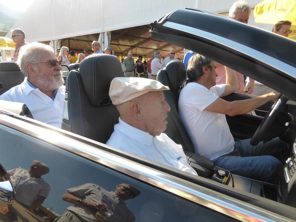 Paul Wolfisberg (hinten) und Otto Wermelinger werden mit dem Auto zum Ankick mitten aufs Spielfeld gefahren. Ob's darum ging, das Auto zu zeigen oder den beiden Herren den Fussmarsch zu ersparen, wissen wir nicht.
