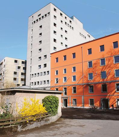 Aus dem grauen Silo ist ein Wohnhaus geworden: Obermühle in Baar. Ausgeführt 2009 bis 2010, Architektin Rosmarie Müller.
