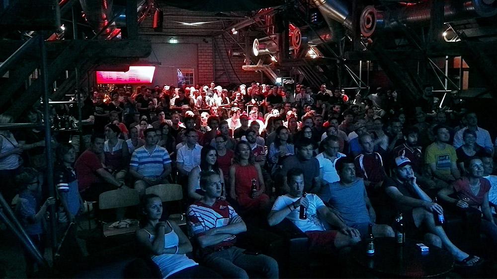 Auch in der Schüür füllte sich der Saal beim Spiel Schweiz–Polen (Bild: zvg).