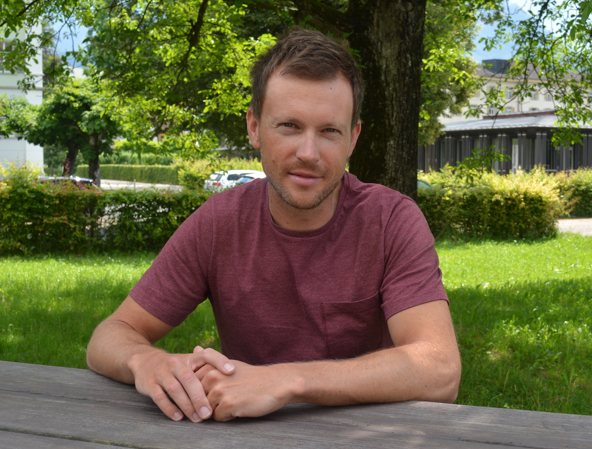 Simon Niepmann sitzt noch ganz entspannt vor dem Haus des Schweizer Rudersports in Sarnen. Bald geht's los in Richtung Rio.