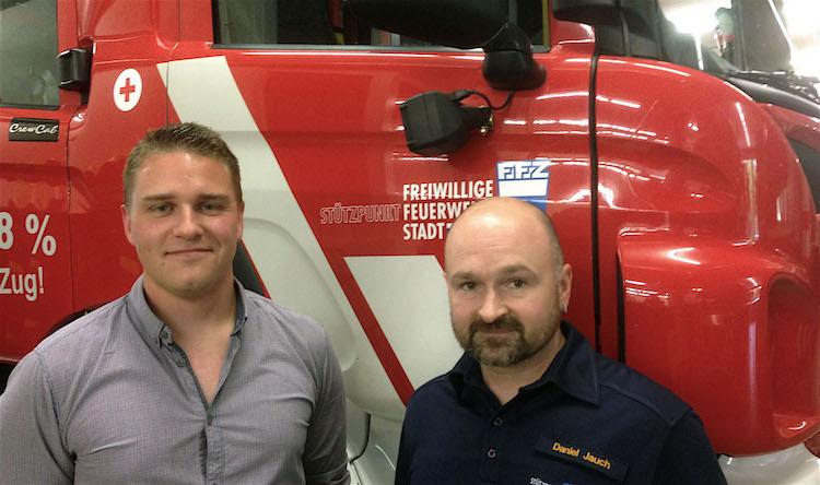 FFZ-Vereinspräsident Roman Jenny (links) und Kommandant Daniel Jauch vor einem Löschfahrzeug der Freiwilligen Feuerwehr Zug.