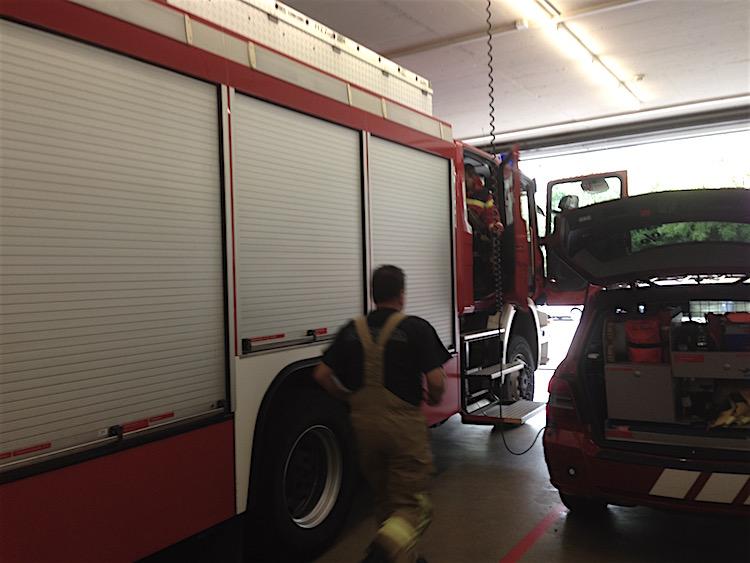 Brandalarm in der Einsatzzentrale: Zwei Fahrzeuge rücken unverzüglich aus.