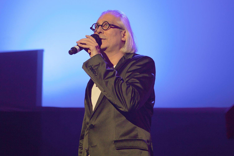Urs Leierer steht jeweils selbst auf der Bühne: Er moderiert die Konzerte ab und an. (Bild: zvg)