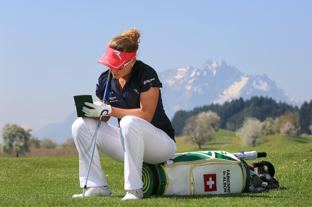Vor den Tournieren zeichnet sich die Golferin die Fahnenpositionen in ihr Birdiebook ein.