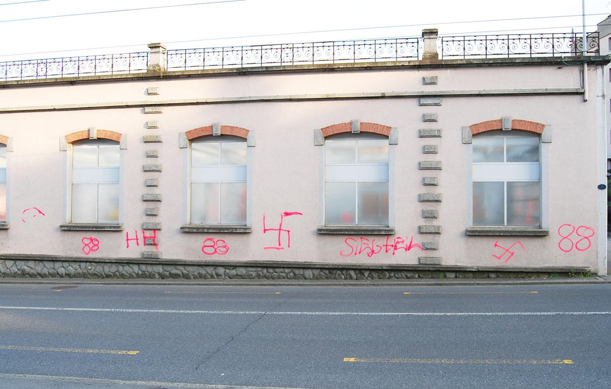 Dies ist ein Werk der unbekannten Vandalen vom Wochenende in Kriens. (Bild: Luzerner Polizei)