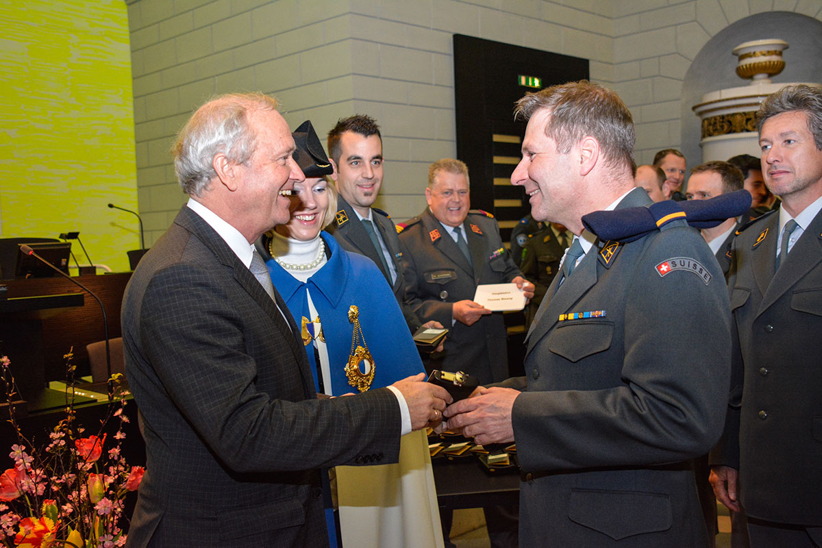 Regierungsrat Paul Winiker entlässt Major Marcel Schwerzmann und überreicht ihm ein Abschiedsgeschenk. (Bild: Kanton Luzern)