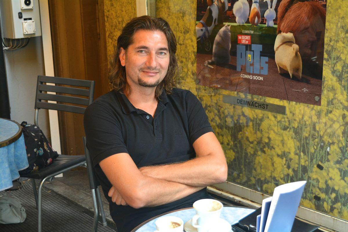 Hat über 90 Länder der Welt bereist, doch diese Tage bleibt er in Zug: Pit Bühler auf der Terrasse des Cafés Speck, wo wir ihn zum Kaffee trafen.