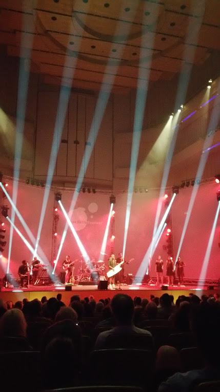 Viel Lichtshow, wenig Bewegung im Publikum.