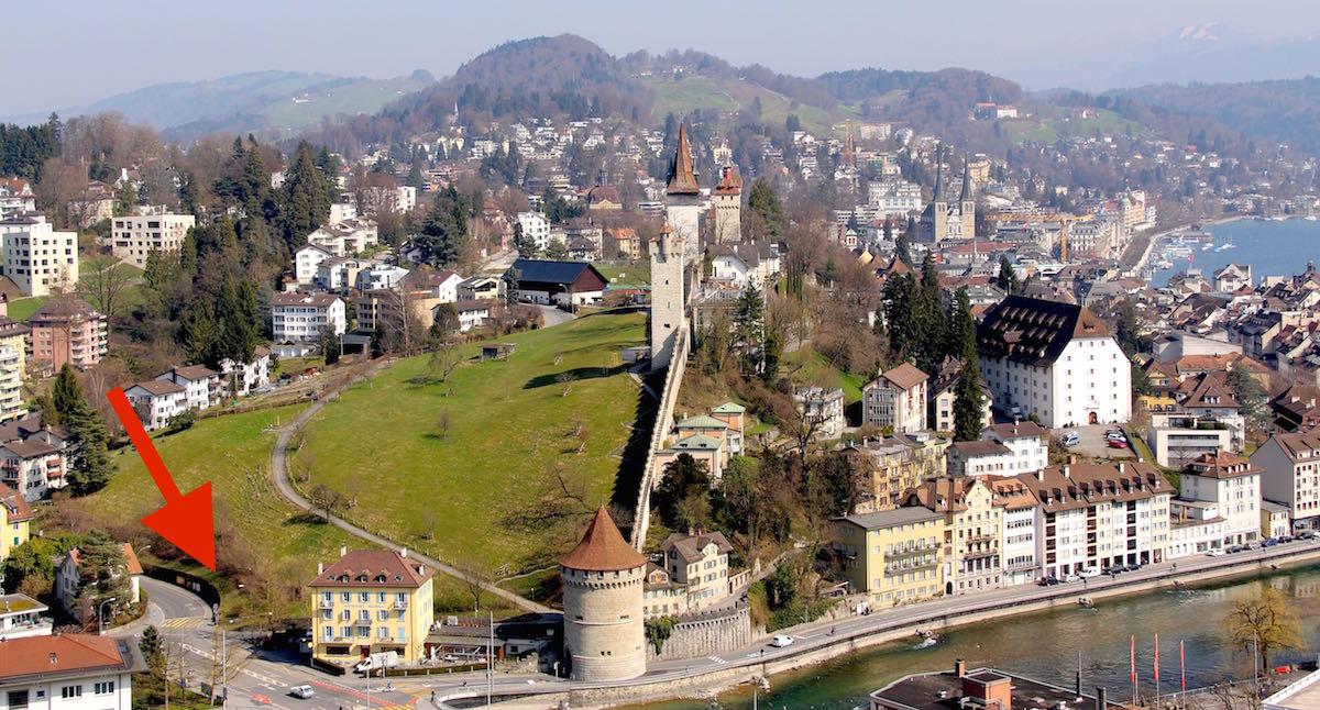Sicht auf die Luzerner Altstadt samt Museggtürmen. Der rote Pfeil zeigt an, wo in etwa die Einfahrt ins unterirdische Parkhaus wäre.