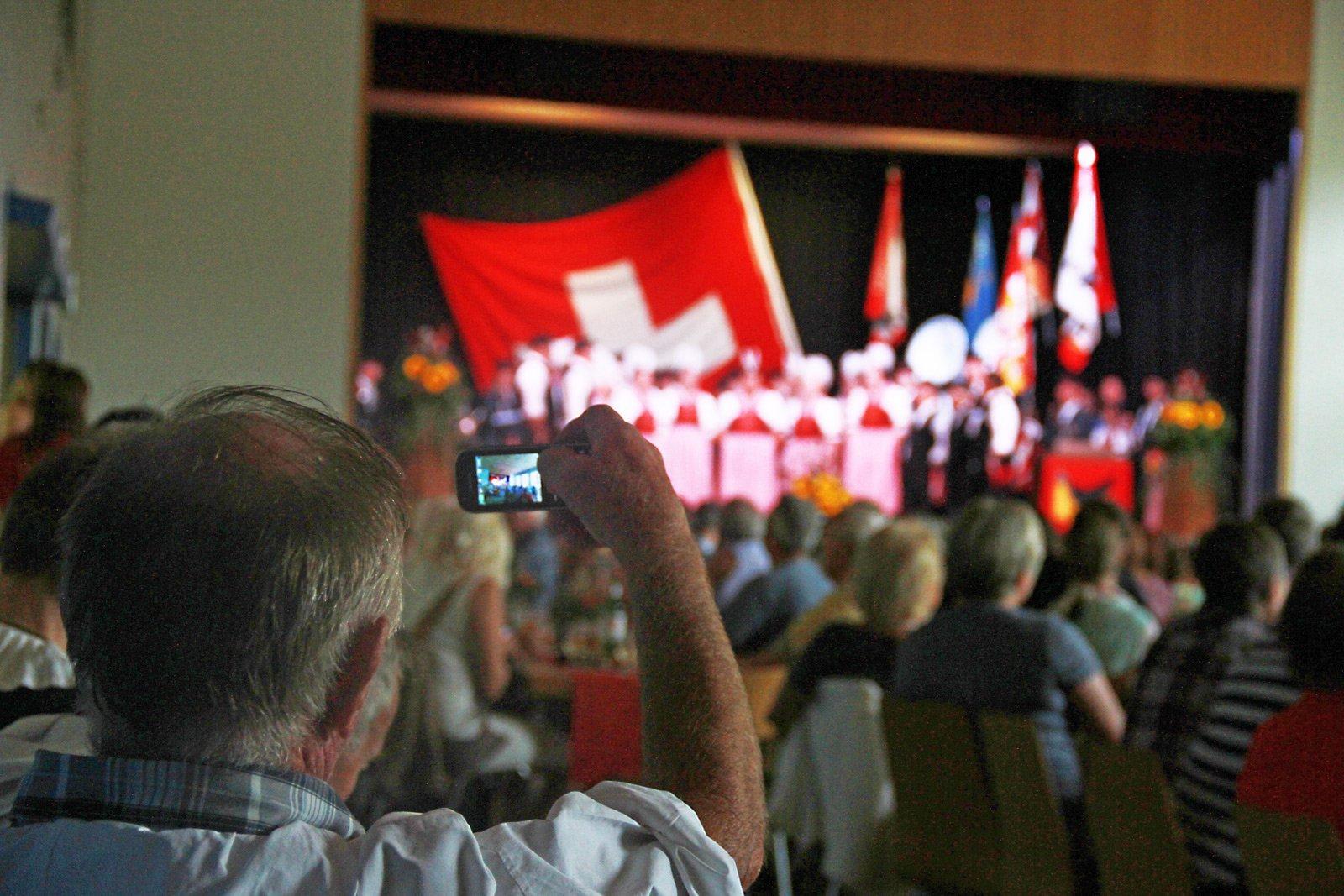Ein Besucher fotografiert den Musikverein Sattel