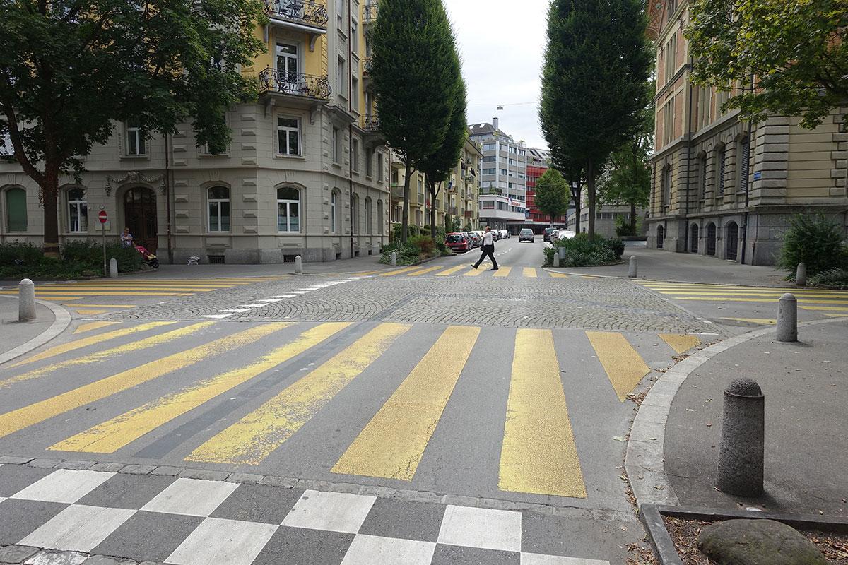 Freie Fahrt auf der Bruchstrasse: Der aufgehobene Stopp ist noch zu sehen – von rechts hat man jetzt keinen Vortritt mehr. (Bild: jwy)