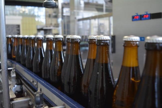 Nur nicht drängeln. Bierflaschen auf dem Weg zur Etikettierung.