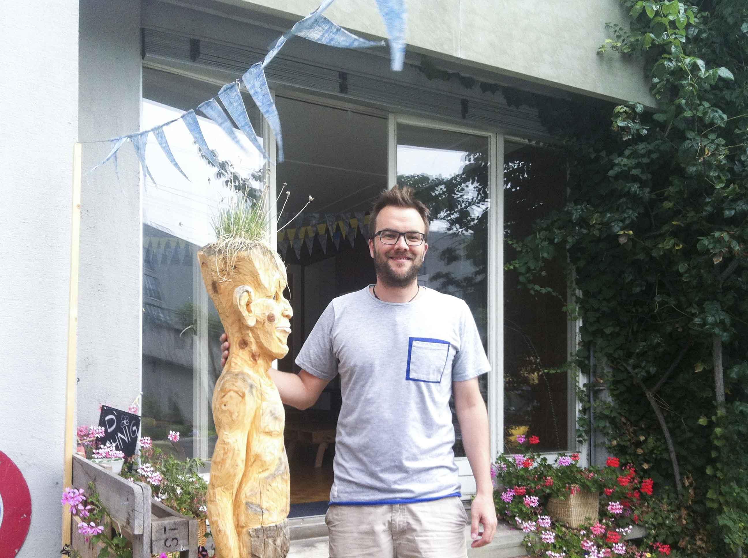 Patrick Bützer mit Holzkumpel vor der Wohnig.