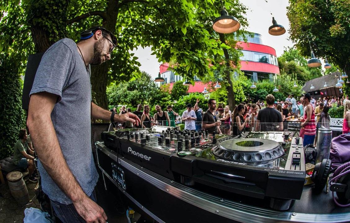 Unter freiem Himmel wird zu elektronischer Musik getanzt, wie hier im Garten des Wirtshauses Eichhof (Bild: Tino Scherer).