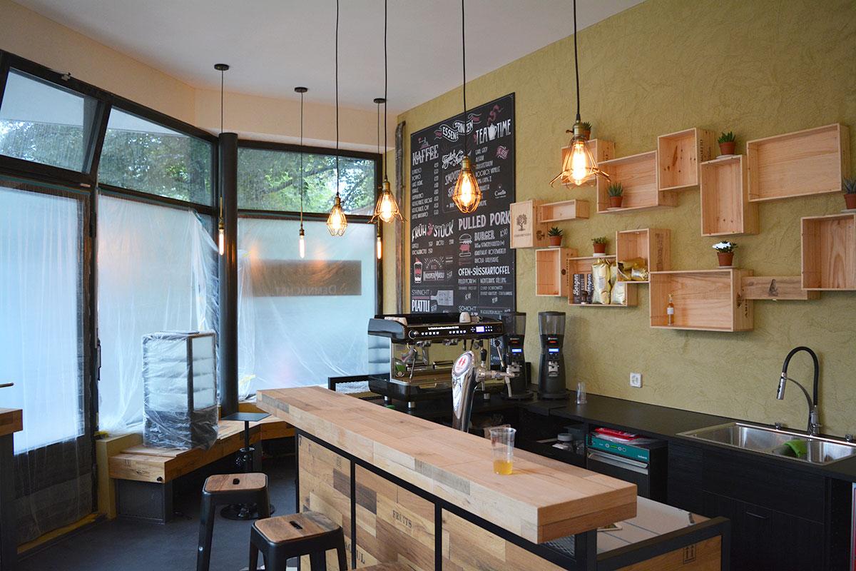 Heller dank höheren Fenster: Blick in die Café-Bar. (Bild: jwy)